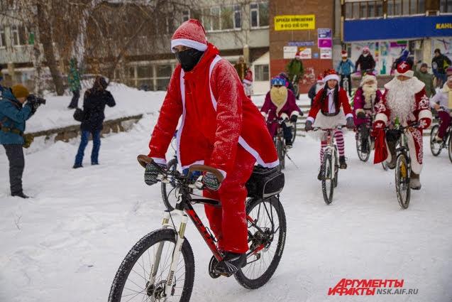 Участники проехали по Красному проспекту.