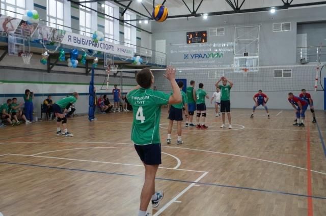 Волейбол - первый вид соревнований.