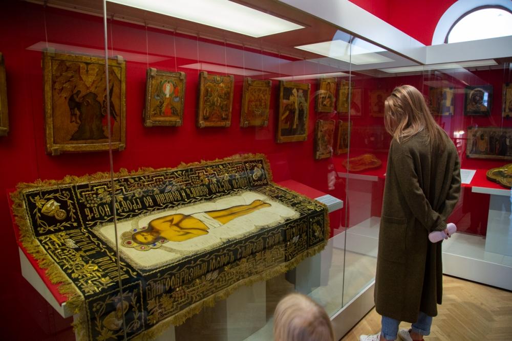 Церковные предметы на светской выставке.