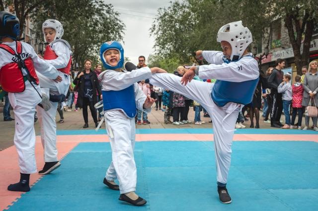 Спортивные школы организовали показы, на которых выступали юные борцы и гимнасты.