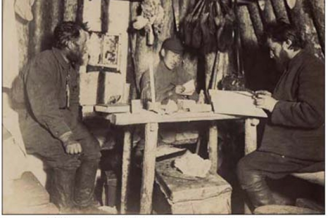 Драверт (крайний справа) беседует с якутами. Фото 1900-х годов.