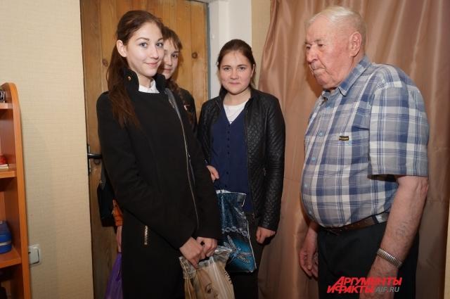 Ученицы сургутской школы поздравили участника Отечественной войны заранее