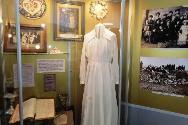 Платье времён НЭПа было белым, но не вычурным.