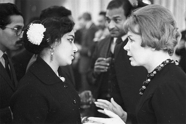 Советская киноактриса Инна Макарова и Гамина Джамуна на приеме делегации индийских кинематографистов в посольстве Республики Индии. 1966 год.