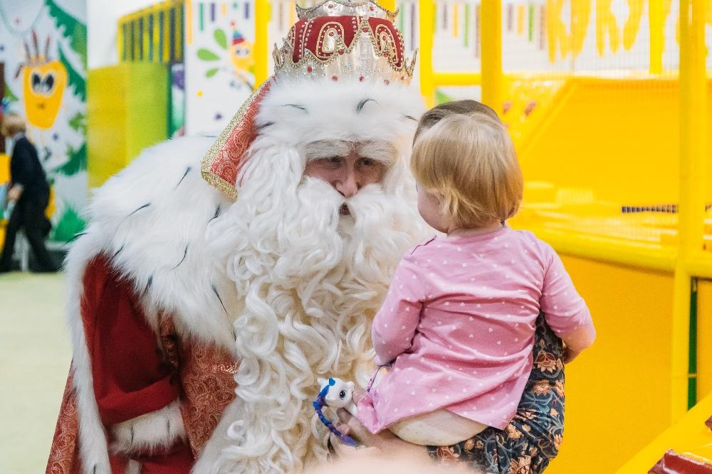 Дед Мороз исполняет новогодние желания детей.