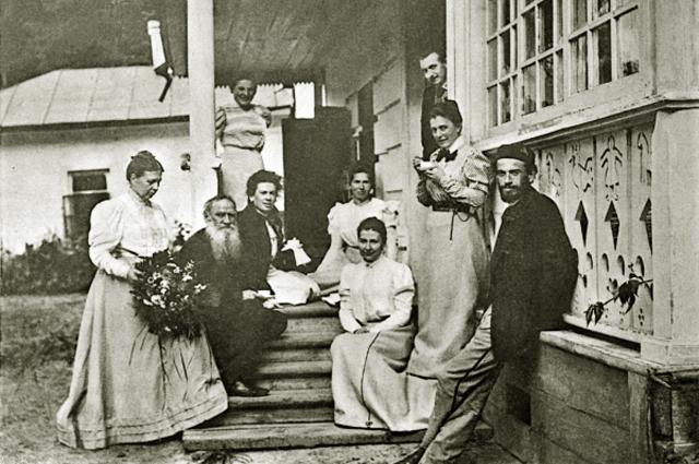 Лев Толстой с членами семьи и гостями на крыльце своего дома в усадьбе Ясная Поляна . 1899 год