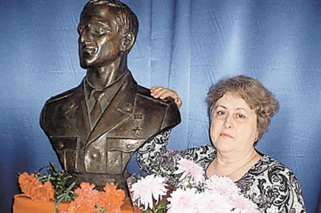 В школе, где учился Андрей, поставили его бюст. И часто приглашают в гости маму, Валентину Ивановну