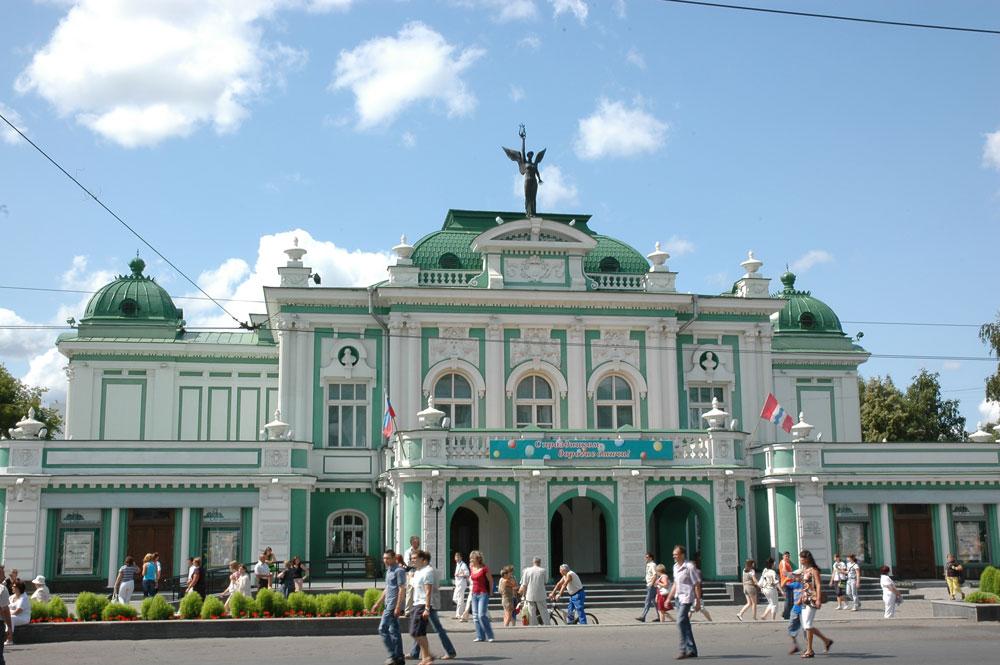 Старое здание театра сгорело в конце XIX века и на его место в 1905 году построили новое.