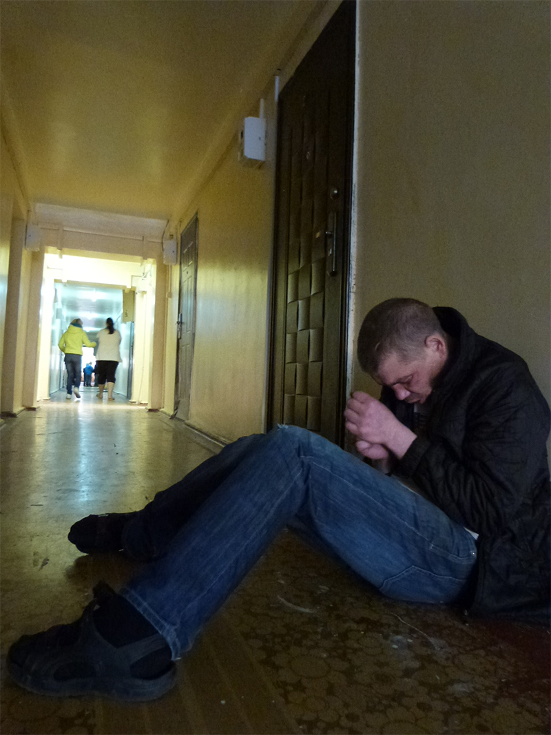 В общежитие может попасть кто угодно, ведь дверь на ночь тут не закрывают.