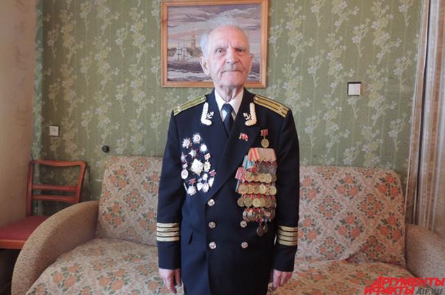 Парадная форма Николая Беляева весит несколько килограммов – из-за полученных Беляевым медалей и орденов.