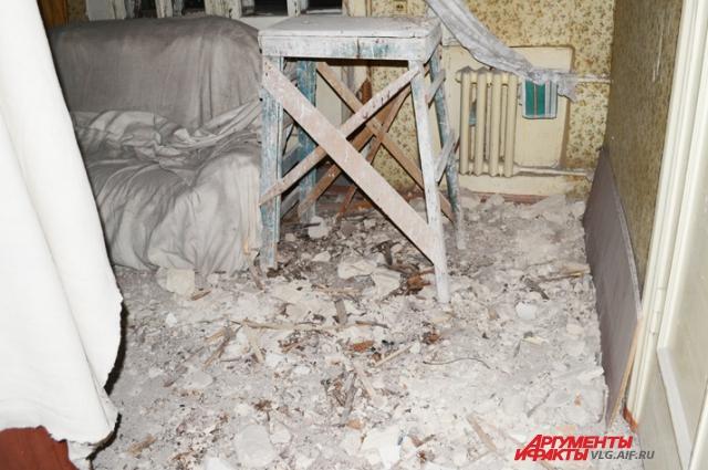 В квартире до сих пор в таких условиях живёт семья с детьми.