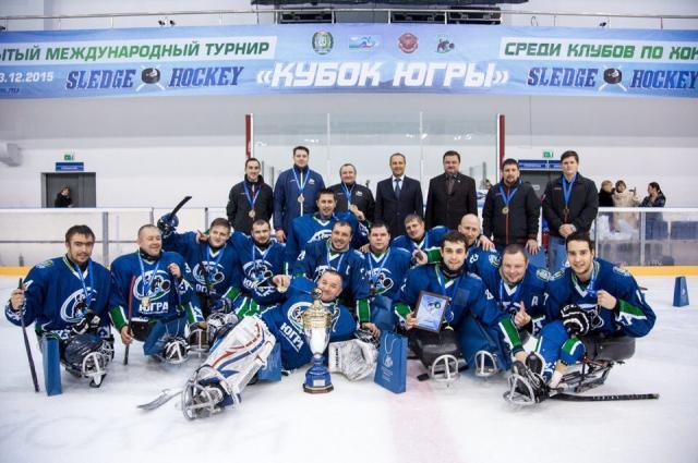 Игроки и руководство следж-хоккейного клуба