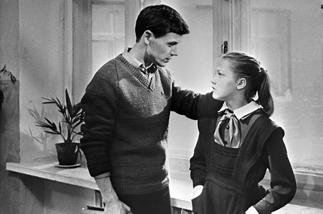 Кадр из фильма «Звонят, откройте дверь». В роли пионервожатого Пети - Сергей Никоненко, в роли Тани Нечаевой - Елена Проклова. Киностудия «Мосфильм», 1965 год.