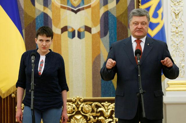 Петр Порошенко вручил Надежде Савченко орден «Герой Украины».