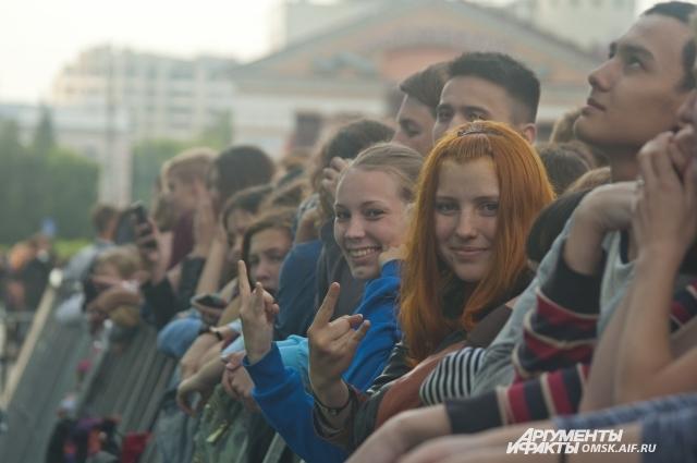 Омичи стали приходить на концерт ещё днём, чтобы успеть занять места возле сцены.