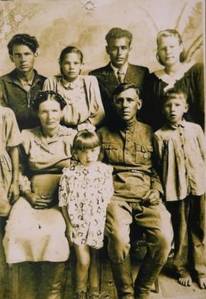В семье историка есть альбом, в котором к фото предков можно подобрать картинки, символизирующие то, что они любили.
