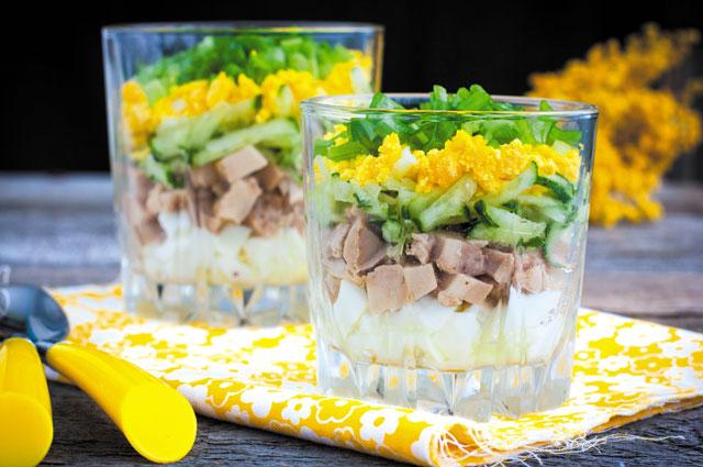 Салат с печенью трески в стакане