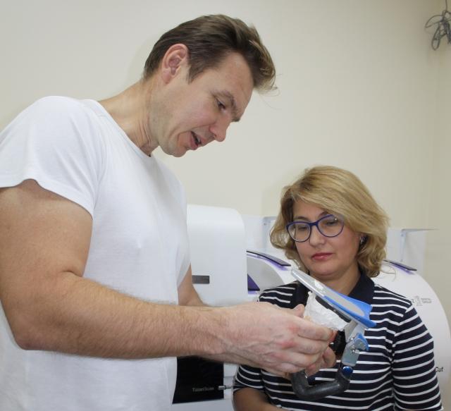 Константин Шматов с пациенткой.