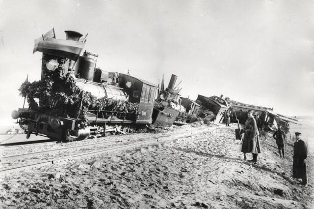 В момент катастрофы в поезде были император Александр III с семьей.