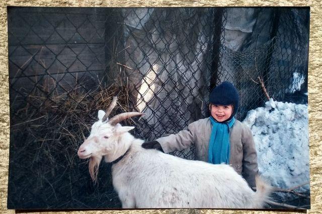 Внук Ваня любит ухаживать за домашними животными.
