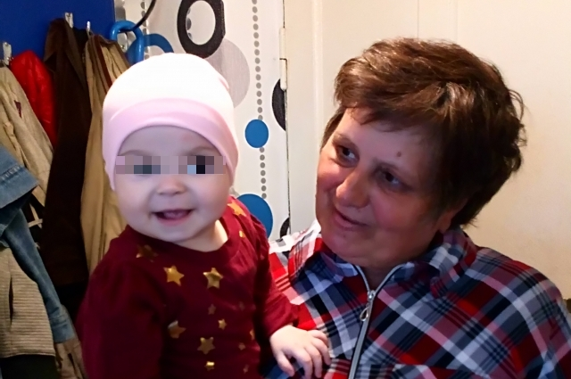 Любовь Николаевна с внучкой Викой.