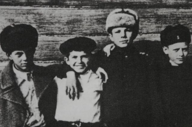 Юрий Гагарин (третий слева) с друзьями.