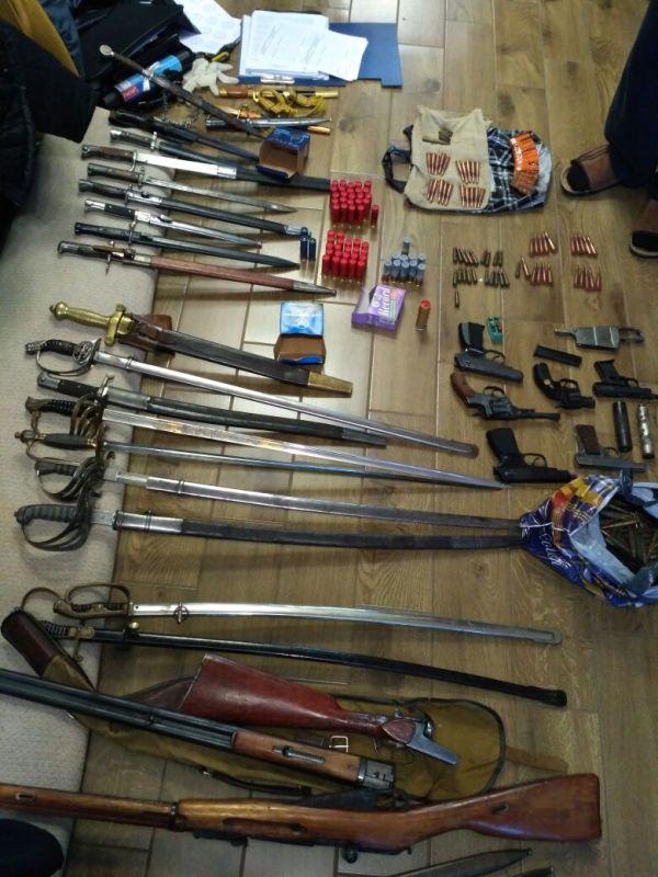Помимо пистолетов, автоматов и винтовок, сотрудники ФСБ обнаружили у преступников и 74 единицы холодного оружия.