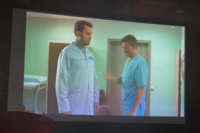 Тарас Кузьмин (слева) в роли врача-гинеколога в сериале
