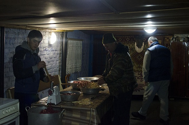 Мужчины разделывали мясо.