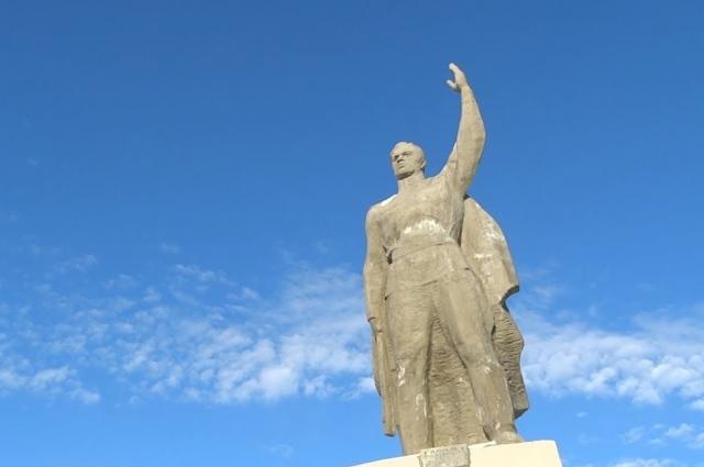 Центральная фигура мемориала в Кормиловке.