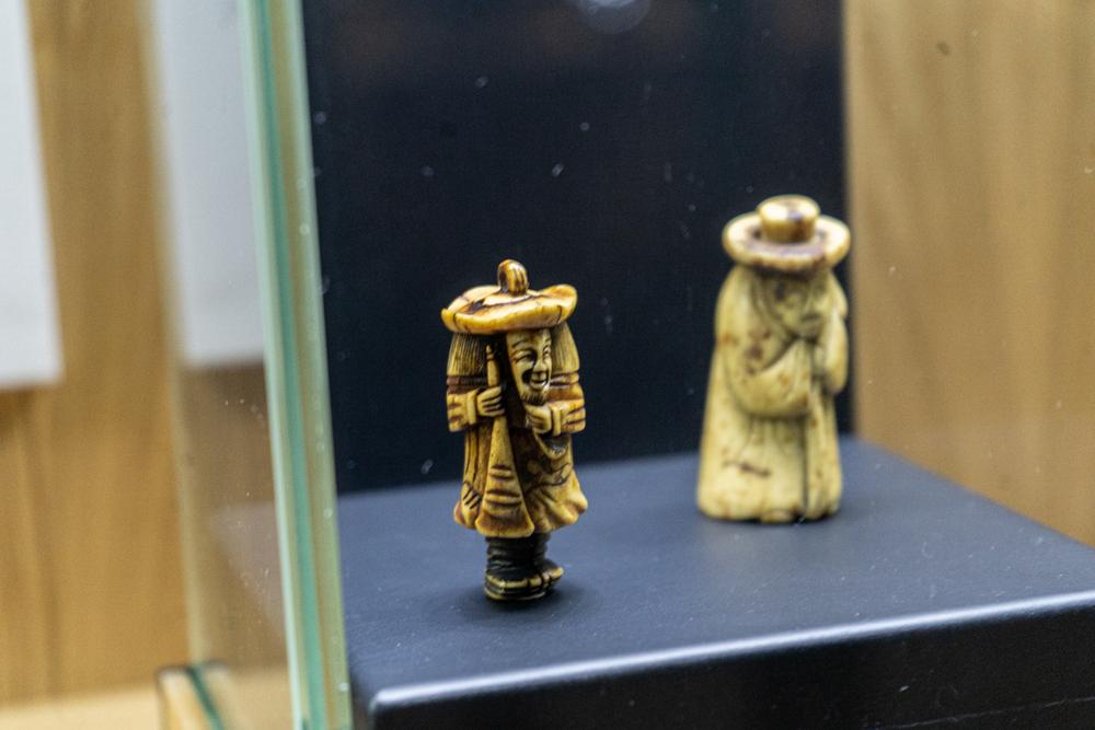 Фигурки из кости и камня – нэцкэ выставлены в зале-сейфе.