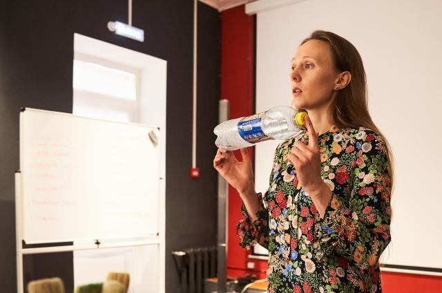 Юлия Викулина: ПЭТ бутылки из-под минеральной воды легко узнать по специфической точке на дне. Это самая распространенная упаковка.