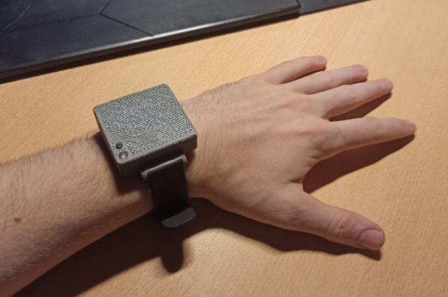 . Во время приступа устройство подаёт сигнал близким и врачам.