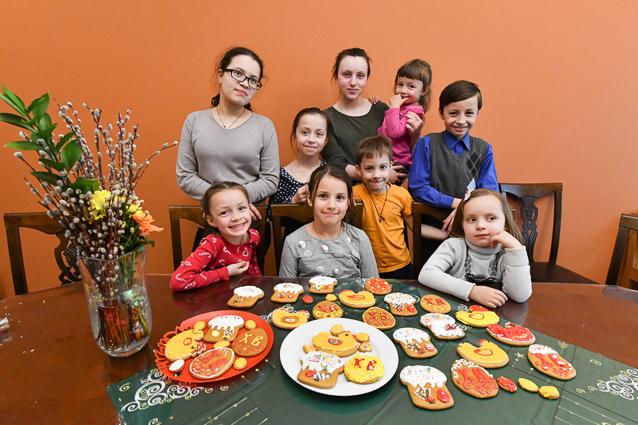 Подготовка многодетной семьи священника Филиппа Ильяшенко к празднику Светлой Пасхи.