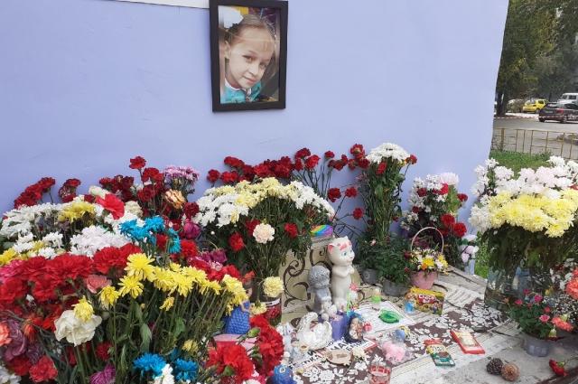 Стихийный мемориал возле дома девочки.