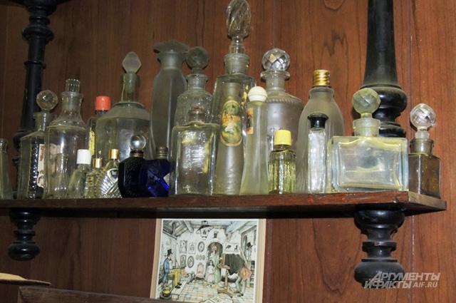 Многочисленные стеклянные ёмкости появились в коллекции первыми