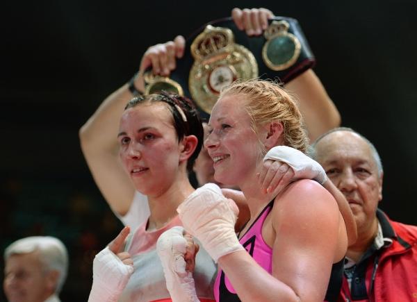 Светлана Кулакова (Россия) и Мари Ридерер (Германия) после боя за титул чемпионки мира по версии WBA в суперлёгком весе