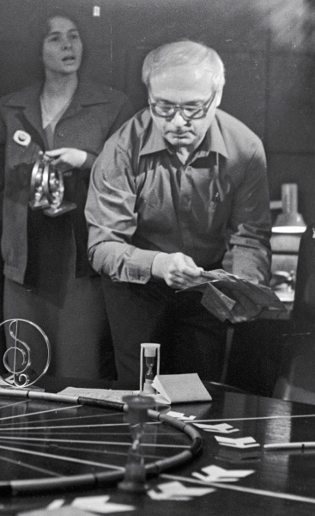Режиссер иведущий телевизионного клуба «Что? Где? Когда?» Владимир Ворошилов готовит очередную игру. 1985 год.