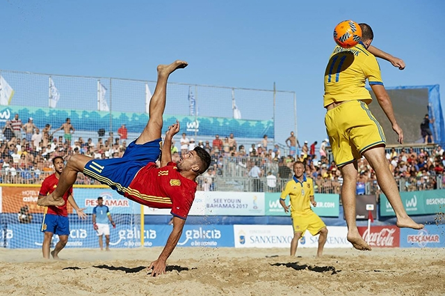 Один из моментов матча между командами Испании и Украины