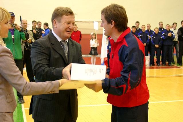 Генерал Денисов вручает награду тренеру команды «ГНК-Пенза».