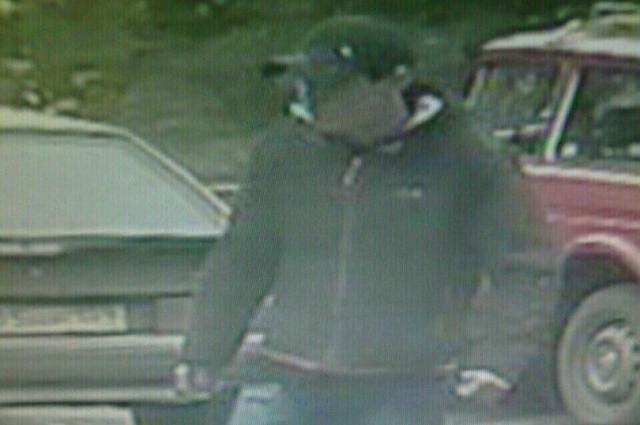 Предполагаемого преступника запечатлела камера видеонаблюдения.