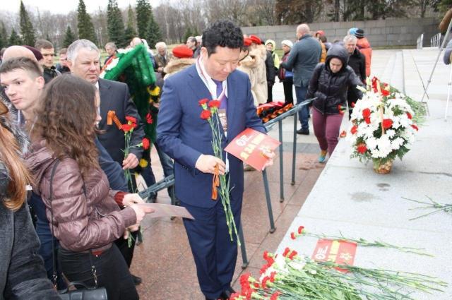 Представители Ассоциации ветеранов дзюдо возложили цветы на Пискаревском кладбище.