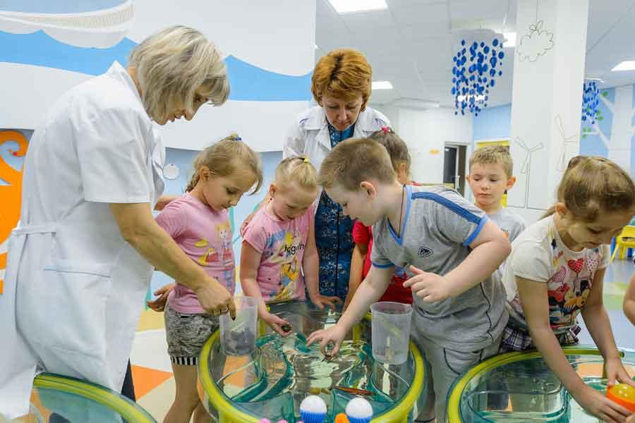 В «Пристани детства» дети занимаются робототехникой, изучают космос, ставят лабораторные опыты, собирают дома и ракеты, создают мультфильмы, словом - растут творческими личностями.
