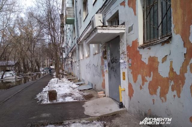 На стенах дома облупилась краска.