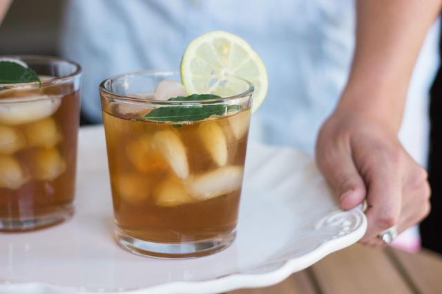 Холодный чай можно делать и на основе газированной воды.