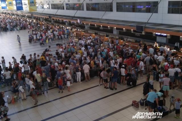 Аэропорт Анталии. Миллионы туристов из разных стран стремятся сюда на отдых.