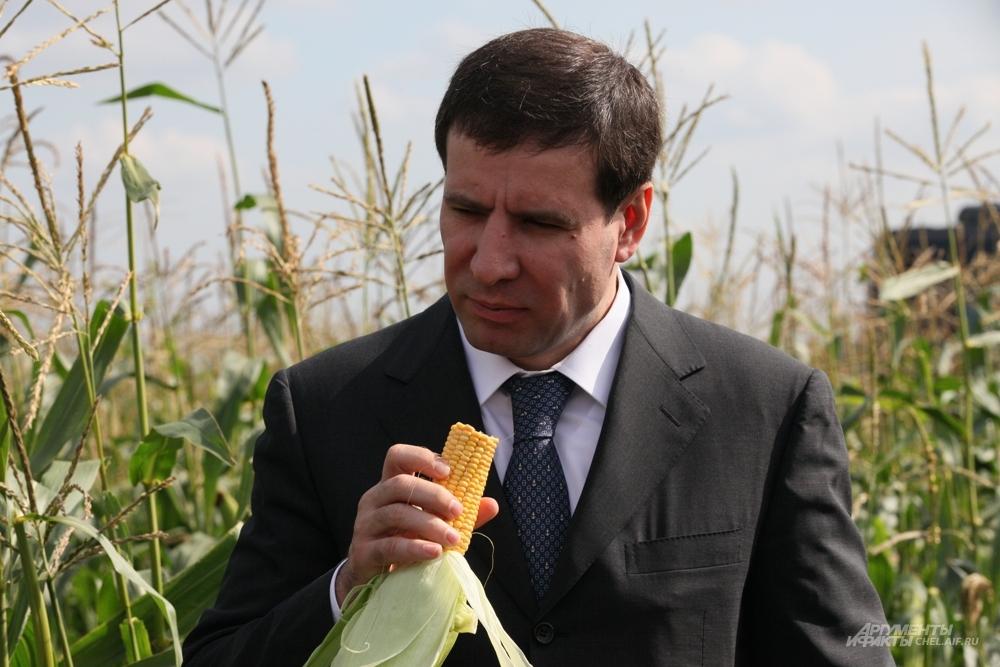 Михаил Юревич во время визита в Аргаяшский район.