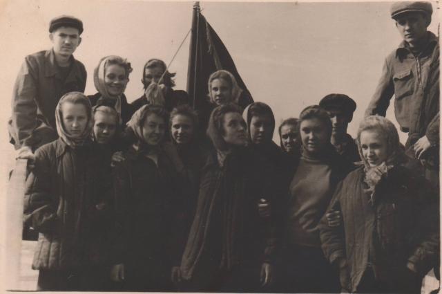Комсомольцы челябинской школы № 98 водрузили знамя на домну № 5 ЧМК, 1958 год.