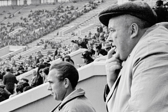 Болельщик Спартака Евгений Моргунов на стадионе. 1963 год