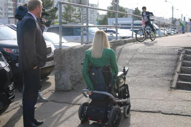 На такой пандус инвалиди и мама с коляской заехать без посторонней помощи не смогут - это барьер!